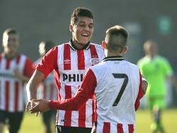 Joël Piroe (m.) viert een doelpunt voor de B1 van PSV. Het jeugdelftal van de Eindhovenaren speelt op sportpark De Toekomst tegen de leeftijdsgenoten van Ajax. (31-10-2015)