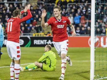Wout Weghorst (r.) heeft zojuist de opeinngstreffer gescoord tegen Dundalk FC en neemt de felicitaties in ontvangst van Muamer Tanković (r.). (24-11-2016)