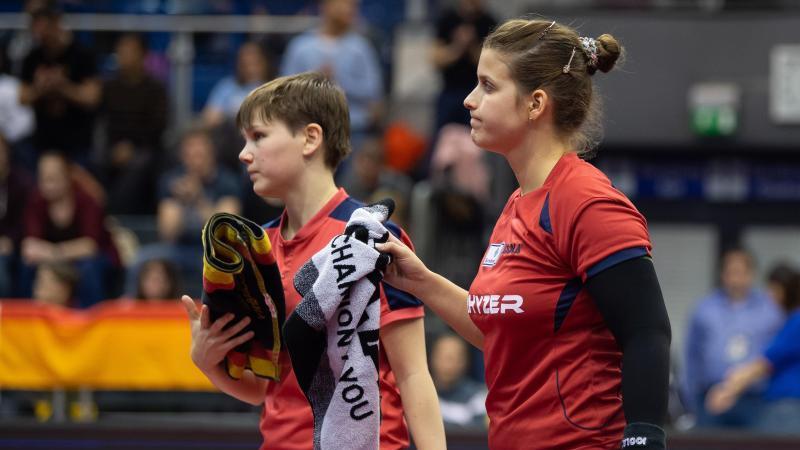 Nina Mittelham (l.) und Petrissa Solja gehen nach dem Spiel enttäuscht vom Spielfeld