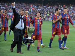 Laporta pasea el título de Liga junto a Messi en 2010.