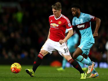Alex Song (r.) moet in de achtervolging bij Bastian Schweinsteiger tijdens het competitieduel Manchester United - West Ham United (05-12-2015).