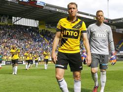 Gill Swerts (l.) en Jelle ten Rouwelaar lopen van het veld na een bizarre wedstrijd. Tegen FC Groningen scoren de Brabanders maar liefst vier keer, de uitploeg doet het echter nóg beter: 4-5. (17-05-2015)