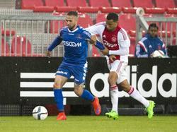 Ricardo van Rhijn (r.) moet in de achtervolging bij Stanley Elbers (l.) tijdens het competitieduel Jong Ajax - Helmond Sport. (17-08-2015)