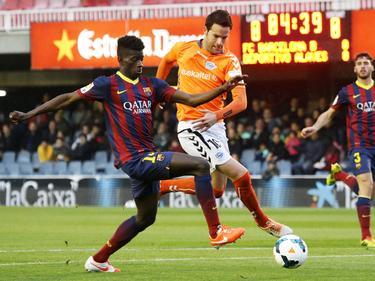 Edgar Ié (izq.) pugna por el balón con la camiseta del Barcelona B. (Foto: Imago)