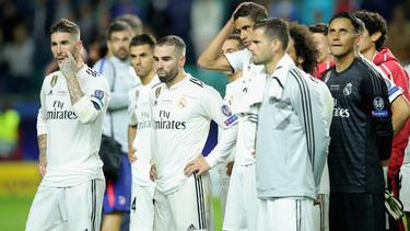 Die Spieler von Real Madrid verfolgen niedergeschlagen die Siegerehrung