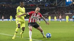 Dembélé disputa el cuero en el duelo contra el PSV. (Foto: Getty)
