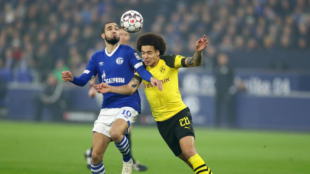 Axel Witsel (r.) vom BVB im Duell mit Schalkes Nabil Bentaleb