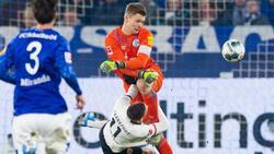 Schalkes Torwart Alexander Nübel foult Mijat Gacinovic von Eintracht Frankfurt