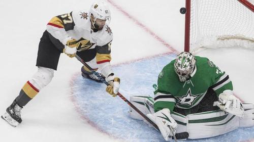 Goalie Anton Khudobin (r.) kommt dem NHL-Finale mit den Dallas Stars immer näher