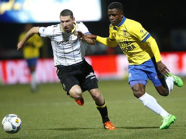 Tijdens het competitieduel SC Cambuur - Vitesse zijn Arnold Kruiswijk (l.) en Bartholomew Ogbeche (r.) verwikkelt in een sprintduel. (16-01-2016)