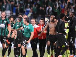 Die Spieler von Akhisar Belediyespor bejubeln ihren 2:0-Erfolg gegen Fenerbahçe