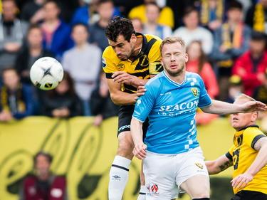 Dirk Marcellis (l.) vecht een luchtduel met Melvin Platje (r.) uit tijdens het play-offduel NAC Breda - VVV-Venlo. (25-05-2015)