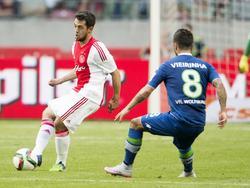 Nieuweling Amin Younes (l.) maakt zijn officieuze debuut in het shirt van Ajax in de oefenwedstrijd tegen VfL Wolfsburg. Hier speelt hij Vierinha voorbij. (17-07-2015)
