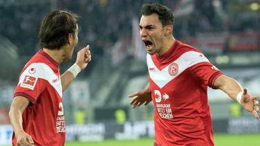 Kaan Ayhan (r.) und Takashi Usami feiern den Führungstreffer gegen Freiburg