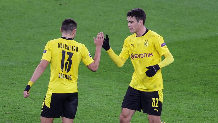 Giovanni Reyna (r.) und Raphael Guerreiro gelten beim BVB als Verkaufskandidaten