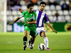 Alberto Bueno (h.) rückt Jonathan Pereira (v.) auf die Pelle