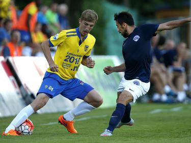 Sebastian Steblecki (l.) probeert zijn Turkse tegenstander te omspelen tijdens het oefenduel SC Cambuur - Kasımpaşa SK. (21-07-2015)