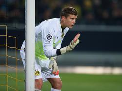 BVB-Keeper Mitchell Langerak zeigt seinen Vorderleuten an, was Sache ist (09.12.2014).