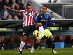 Memphis Depay blokt Ricardo van Rhijn af, waardoor hij in balbezit blijft tijdens PSV - Ajax. (01-03-2015)
