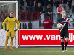 Dennis Telgenkamp (l.) en Jurjan Mannes staan er beduusd bij nadat Almere City in de play-offs vroeg op voorsprong komt. (02-05-2016)