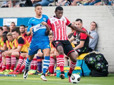 PEC Zwolle-talent Hachim Mastour (l.) haakt af in de strijd om de bal, die Cuco Martina (r.) lijkt te winnen. (23-07-2016)