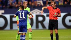 Schiedsrichter Sascha Stegemann (r.) zeigt Schalkes Jewgeni Konopljanka (l.) die Rote Karte