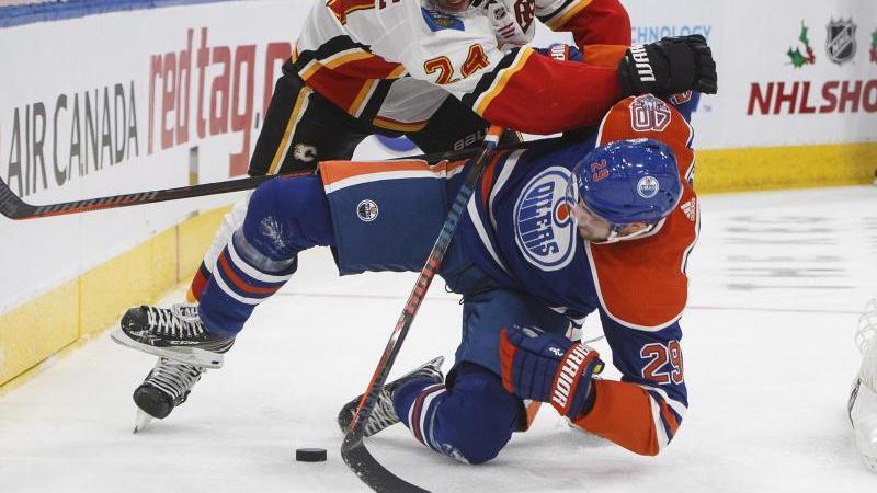 Leon Draisaitl von den Edmonton Oilers wird zu Boden gecheckt