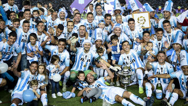 Lisandro López levanta el trofeo de la Superliga con el Racing. (Foto: Getty)