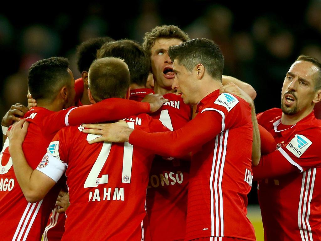 Thomas Müller inmitten der FCB-Jubeltraube