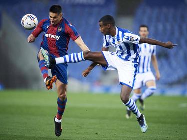 Duarte (izq.) pugna con el delantero Isak de la Real Sociedad.