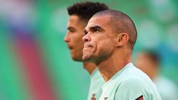 Portugals Pepe (r) und Cristiano Ronaldo beim Aufwärmen. Foto: Christian Charisius/dpa