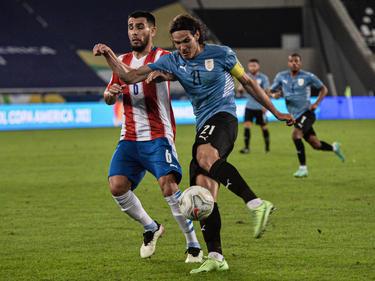 Cavani dispara a portería con la zurda ante Paraguay.