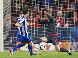 Mitchell te Vrede (l.) blijft tijdens Ajax - sc Heerenveen erg kalm oog in oog met Jasper Cillessen. De spits scoort vlak na rust de aansluitingstreffer: 3-1. (05-12-2015)