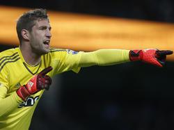 Maarten Stekelenburg geeft aanwijzingen tijdens het duel tussen Manchester City - Southampton. (28-11-2015)