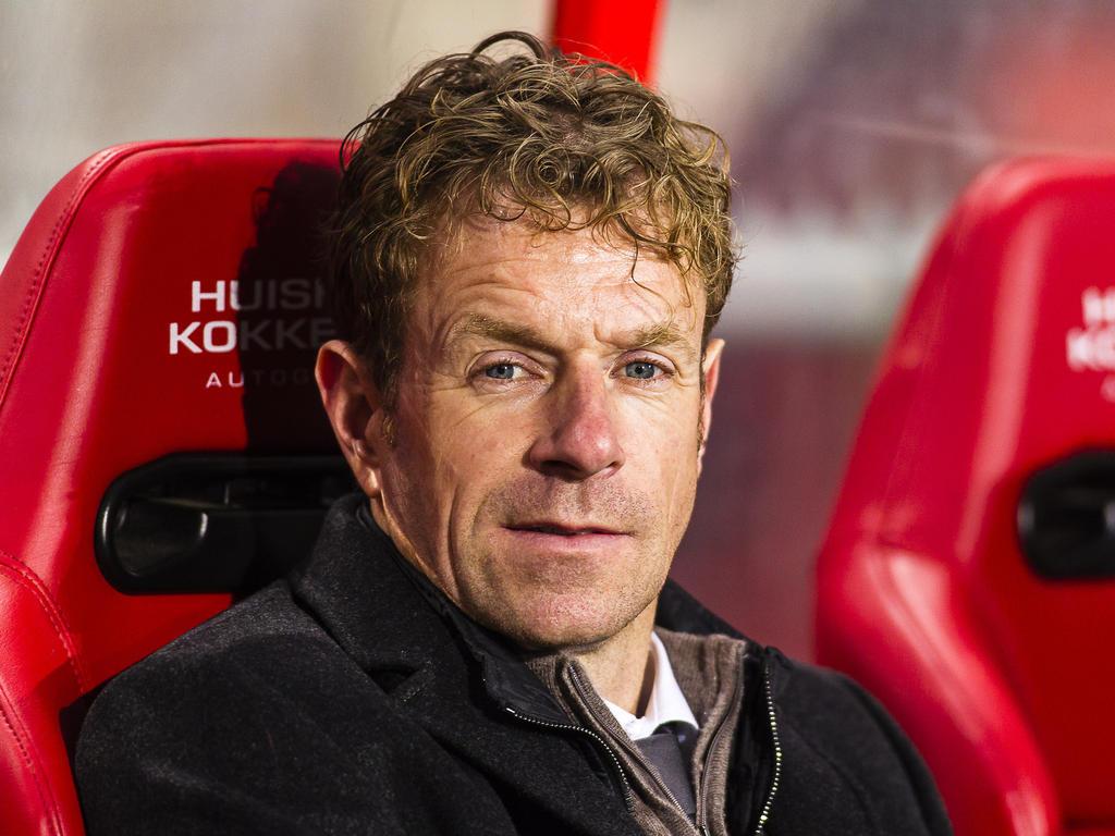 Bert Konterman zit in de dug-out bij FC Twente tijdens het competitieduel Jong FC Twente - Willem II (28-02-2014).