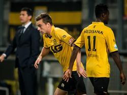 Talent Mitchel Paulissen (l.) vervangt Richmond Boakye (r.) tijdens de wedstrijd Roda JC - SC Cambuur. (03-10-2015)