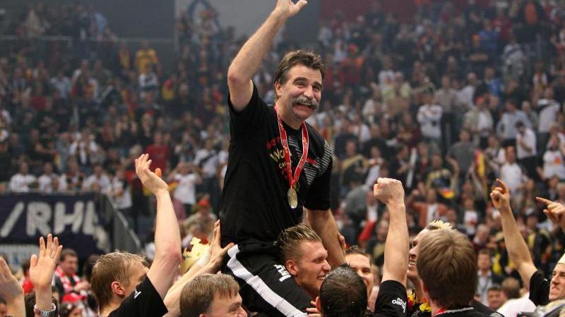 Trainer Heiner Brand wird nach dem Gewinn des Weltmeistertitels von den Spielern durch die Halle getragen