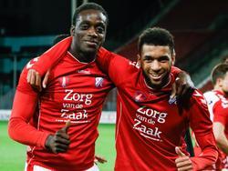 Myenty Abena (l.) en Sylla Sow (r.) zijn tevreden met de overwinning die ze met Jong FC Utrecht boekten. In eigen huis wordt FC Oss met 2-1 verslagen. (10-04-2017)
