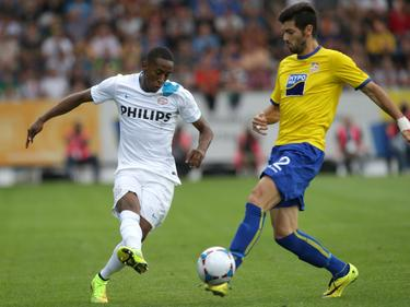 Daniel Segovia (r.) probeert een pass van Joshua Brenet (l.) te onderscheppen tijdens de wedstrijd in de voorronde van de Europa League tussen SKN St. Pölten en PSV. (07-08-2015)