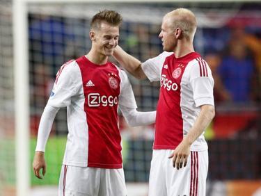 Davy Klaassen (r.) complimenteert Václav Černý (l.) voor zijn debuut in de hoofdmacht van Ajax. De zeventienjarige Tsjech mocht een kwartier meedoen tegen Willem II. (15-08-2015)