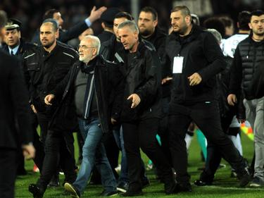 El presidente del PAOK salta al césped con un arma en la cintura. (Foto: Imago)