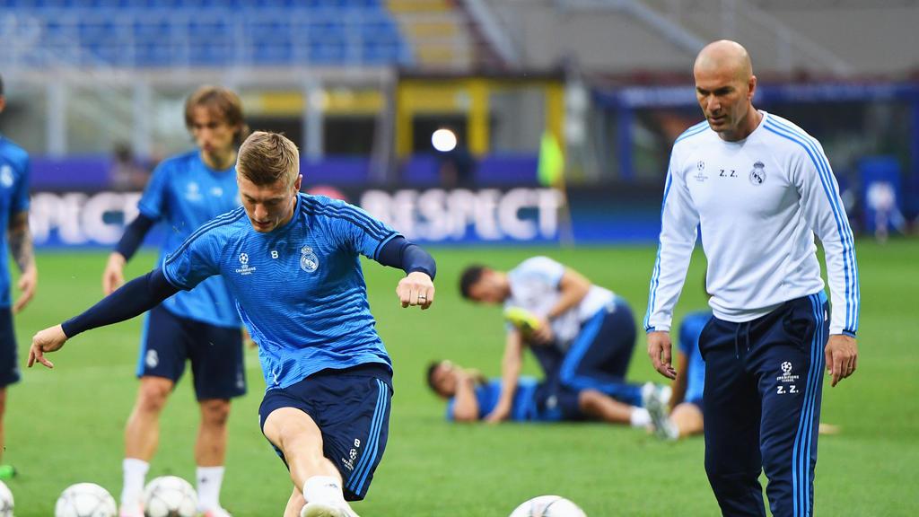 Zählt auf Toni Kroos: Trainer Zinédine Zidane (re.)