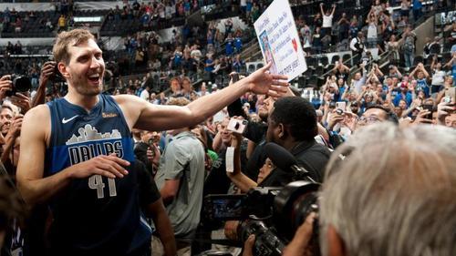 Basketball-Superstar Dirk Nowitzki bedankt sich mit einem Brief bei seinen Fans
