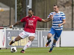 Sean Klaiber (l.) legt veel gevoel in een lange trap naar voren tijdens de oefenwedstrijd tussen FC Utrecht en De Graafschap. Tim Keurntjes (r.) kan onvoldoende druk zetten op Klaiber. (06-10-2016)