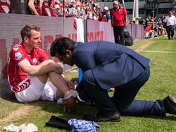 Wout Brama wordt na de reguliere speeltijd van het duel FC Utrecht - AZ behandeld aan zijn enkel. De middenvelder van de Domstedelingen moet verder, want er wordt verlengd in de play-offs. (28-05-2017)