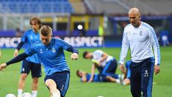 Geht es nach Zinédine Zidane (r.) sollte Toni Kroos (l.) in Madrid bleiben