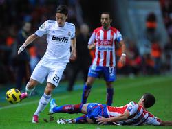 Mesut Özil (l.) lässt José Ángel (r.) ins Leere rutschen
