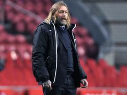 FC Den Bosch trainer Rene van Eck kijkt toe hoe zijn ploeg voetbalt tegen Jong Ajax. (23-02-2015)