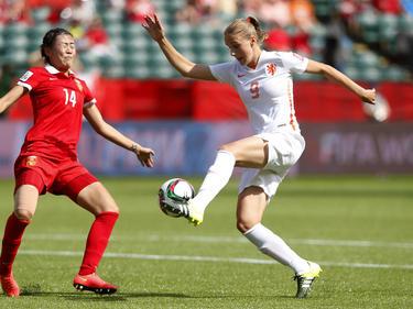 Oranje-spits Vivianne Miedema (9.) met een spaarzame kans voor het Nederlands team tegen China. De sterspeelster omspeelde Rong Zhao, maar schoof de bal vervolgens langs de verkeerde kant van de paal. (12-06-2015)
