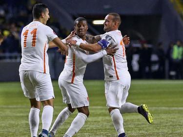 Doelpuntenmaker Georginio Wijnaldum (m.) wordt bejubeld door Anwar El Ghazi (l.) en Wesley Sneijder nadat de middenvelder van Newcastle United de score opent in de interland tegen Kazachstan. (10-10-2015)